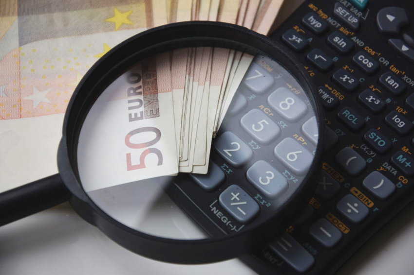 lupa, kalkulator i banknoty